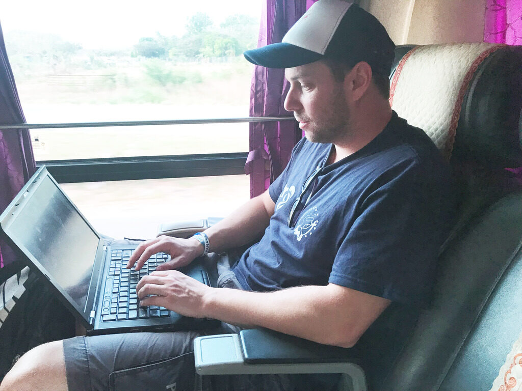 Unser Blogger Philip Rusnak tippt fleißig auf seinem Laptop