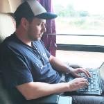 Philip Rusnak schreibt am Laptop den Weltjugendtags Blog