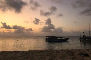 Ein Boot auf dem Meer im Sonnenuntergang