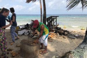 Ein Fischer wird am Strand von San Blas interviewt