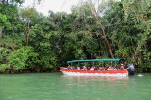 Ein rotes Boot auf dem Meer in der Karibik