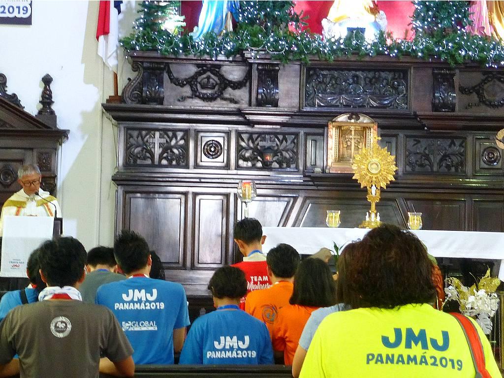 Jugendliche bei der Anbetung der Eucharistie in der Kirche Christo Rey in Panama